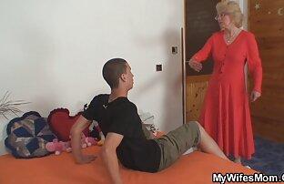 Chico ver porno en español latino recibe una mamada de una rubia en el sofá